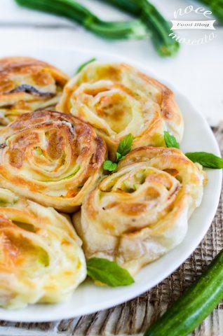 Rose di sfoglia con fiori di zucca alici e mozzarella
