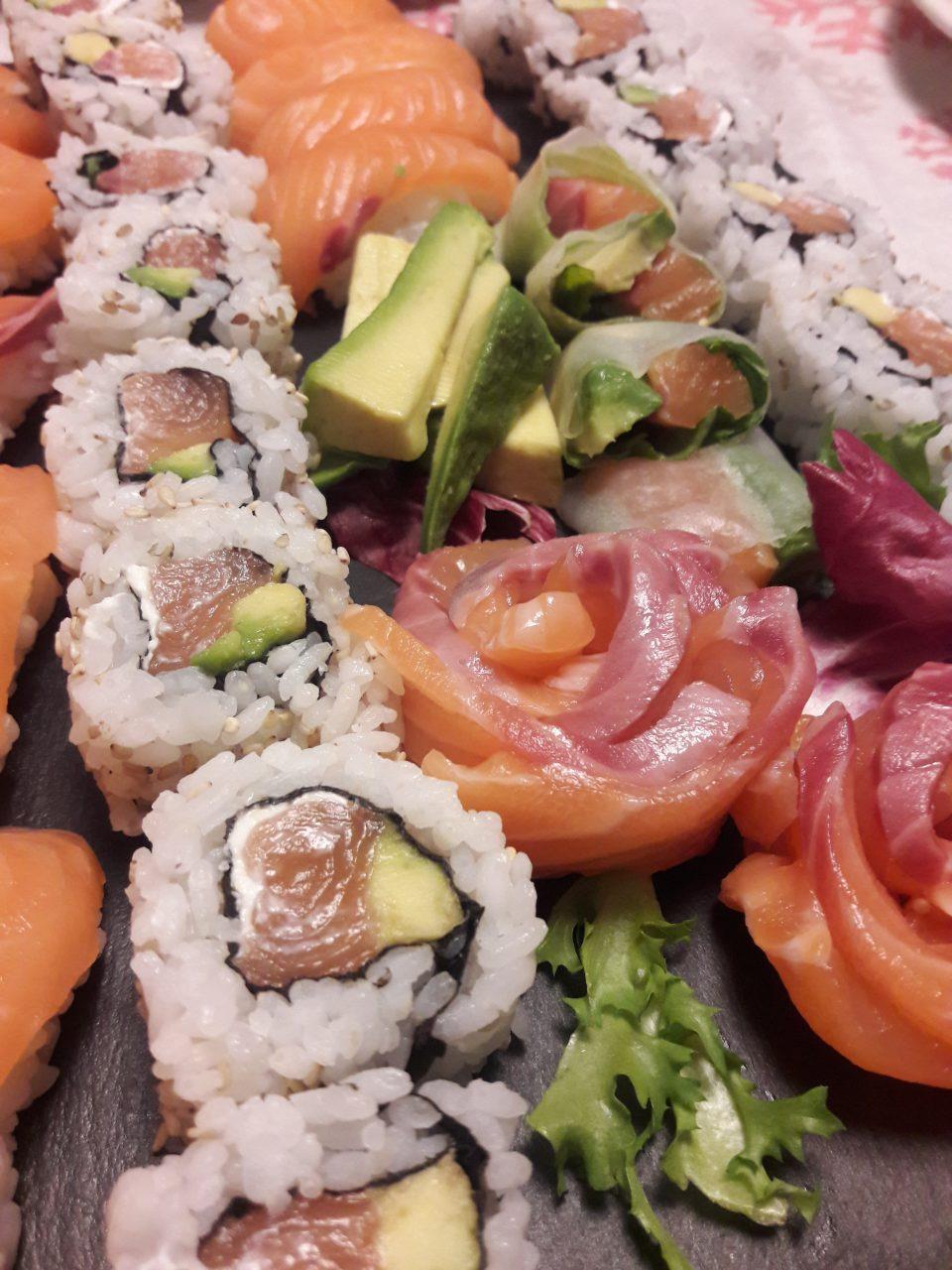 Ricetta Uramaki Giallo Zafferano.Sushi Fatto In Casa Ricetta Degli Uramaki Nigiri E Sashimi Al Piatto
