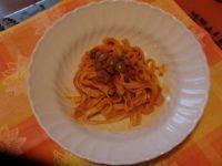 Tagliatelle con pomodoro olive e capperi
