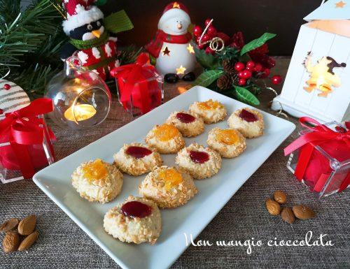 Pasticcini con granella di mandorle e confettura (ricetta di Natale)