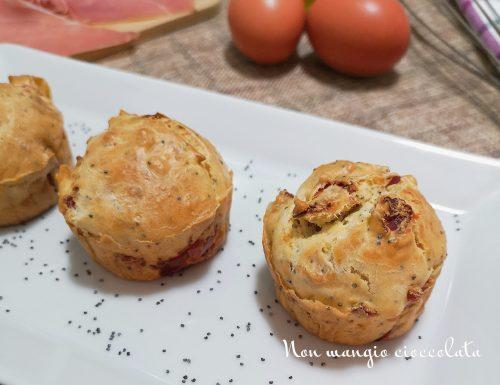 Muffin salati con semi di papavero e prosciutto crudo