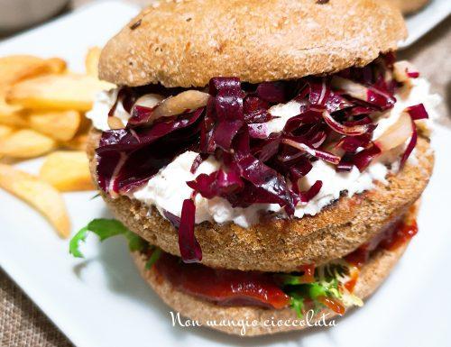 Panini integrali con hamburger di tonno, radicchio e robiola