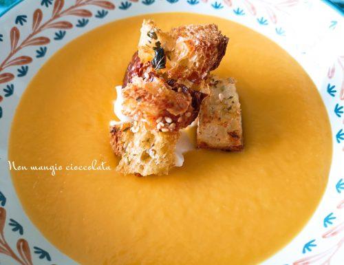 Vellutata di zucca e finocchi con stracchino e cubotti di pane all'origano e sesamo