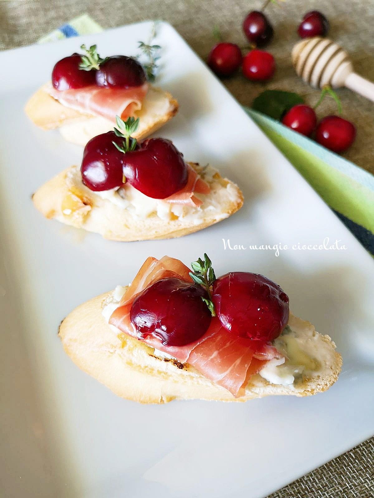 Crostini con gorgonzola, prosciutto crudo  e ciliegie