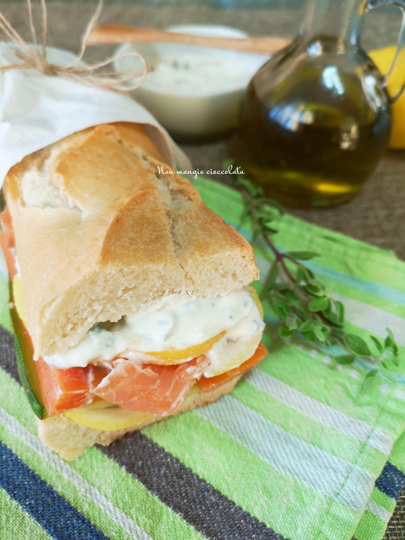 Panino con salmone affumicato, verdure e salsa allo yogurt greco
