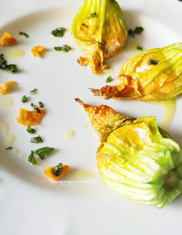 Fiori di zucca ripieni di stracchino e salvia con asparagi
