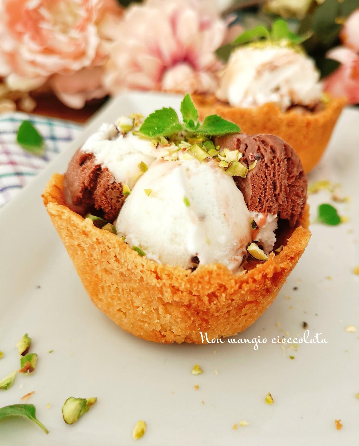 Cestini di crumble con gelato e granella di pistacchi