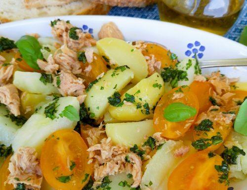 Insalata di datterini gialli, patate, tonno e olio aromatizzato