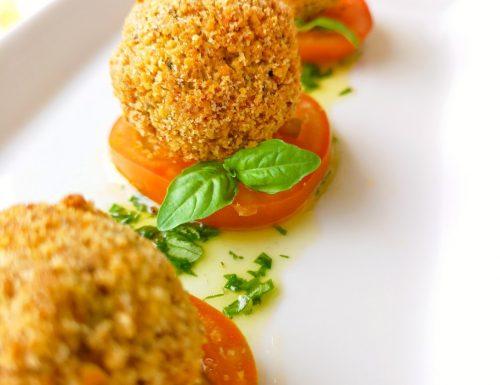 Polpette di cous cous e zucchine con pomodori e pesto di basilico