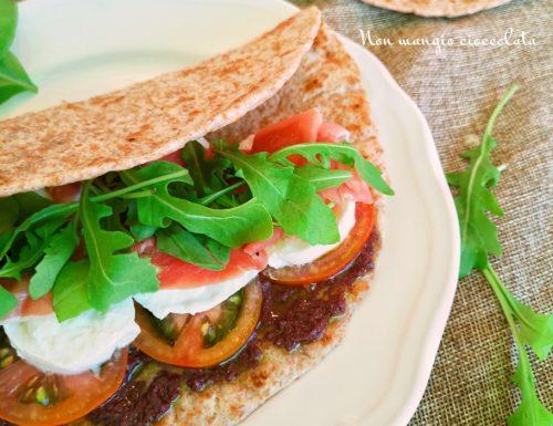 Piadina ricca (con paté di olive, mozzarella di bufala, prosciutto crudo, pomodori e rucola)