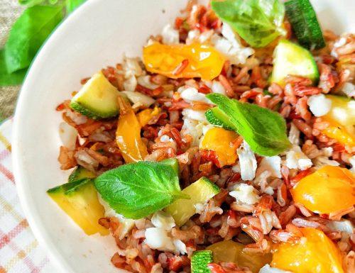 Insalata di riso rosso con merluzzo, zucchine, pomodori gialli e menta