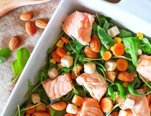 Insalata croccante di salmone, rucola e mandorle