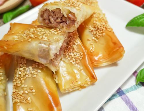 Involtini di pasta fillo con carne e mozzarella