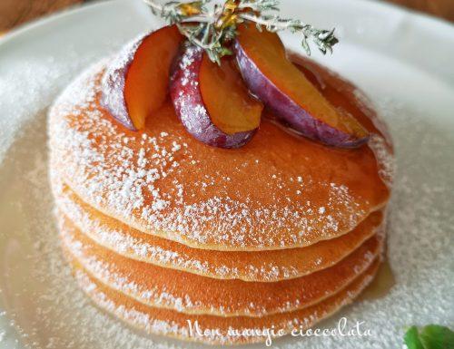 Pancake con prugne e sciroppo d'acero