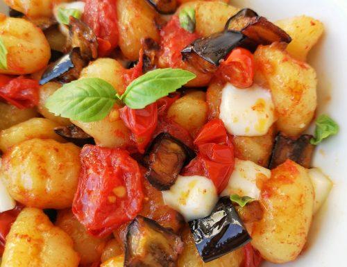 Gnocchi di patate al sugo di pomodorini, melanzane fritte e scamorza di bufala