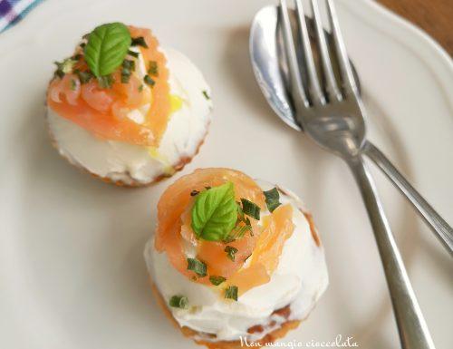 Cupcakes salati con crema di formaggio fresco, salmone affumicato ed erba cipollina