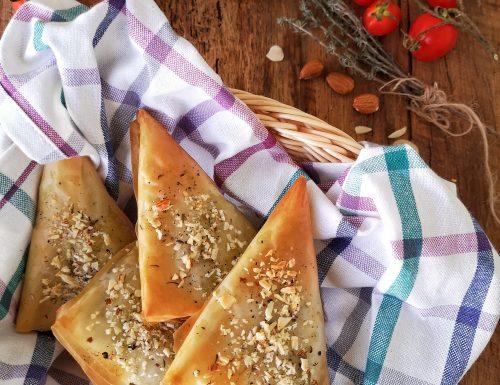 Triangoli di pasta fillo con melanzane, mandorle, asiago e timo