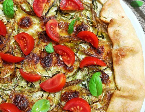 Torta salata con zucchine, fiori di zucca, stracchino e pomodorini freschi