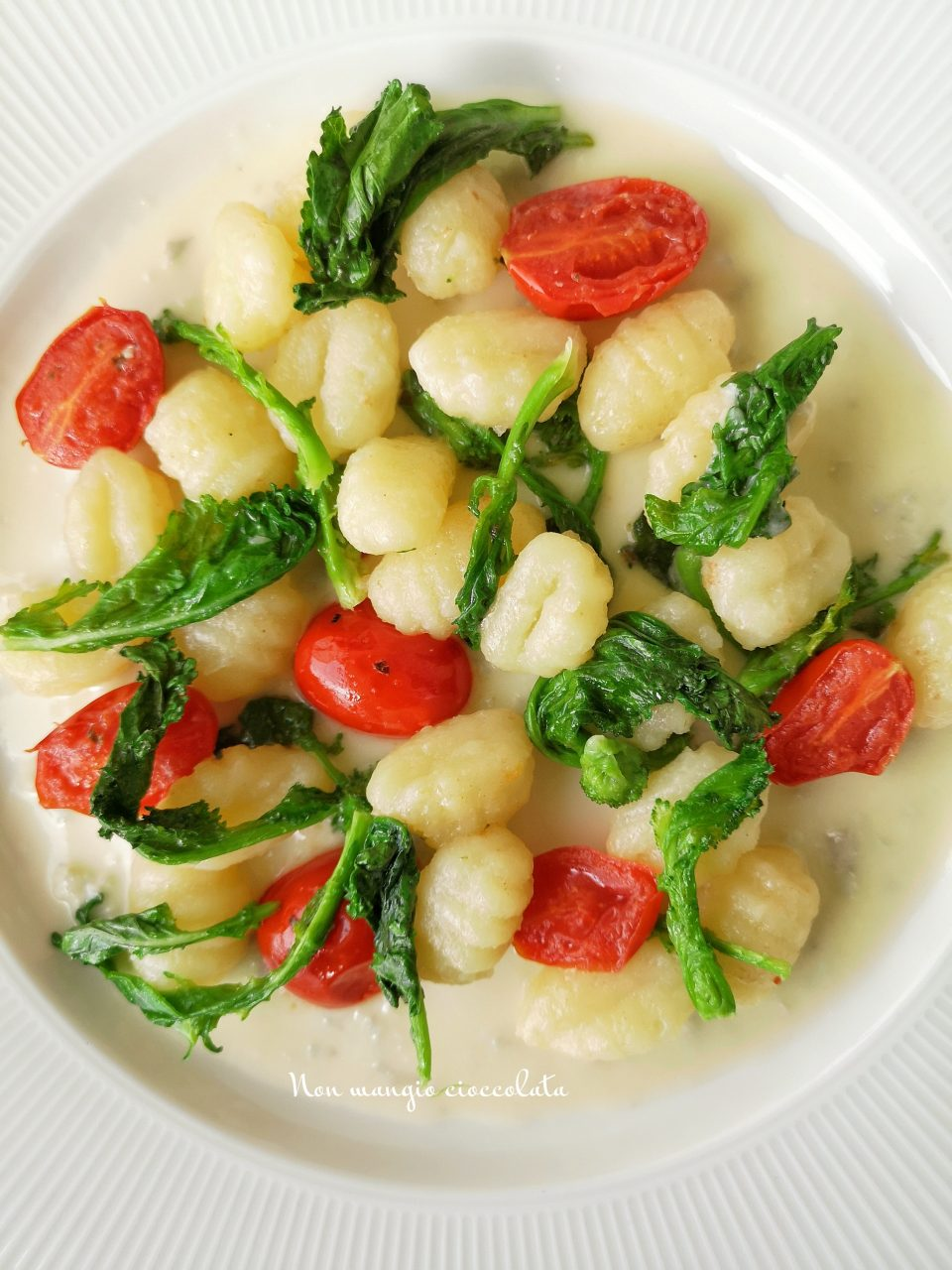 Gnocchi di patate con crema al gorgonzola, cime di rapa e pomodorini
