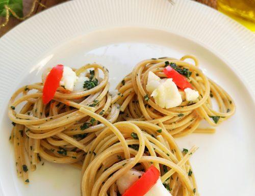 Spaghetti integrali quadrati con pesto di cavolo nero e baccalà