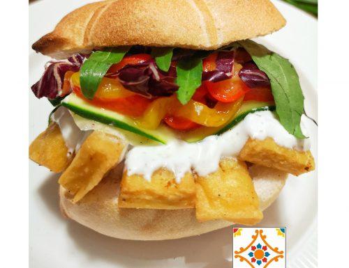 Panino gourmet con panelle, verdure e salsa allo yogurt greco