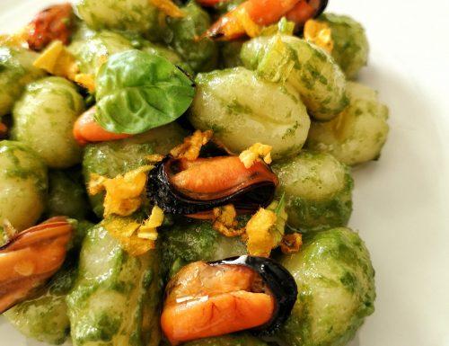 Gnocchi di patate con crema di basilico, cozze e petali di fiori di zucca
