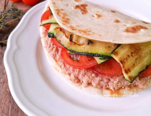 Piadina con tonno, pomodori e zucchine grigliate al timo