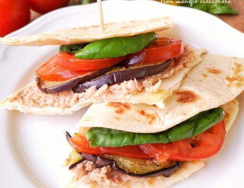 Triangoli di piadina con melanzane grigliate, crema di tonno e pomodori