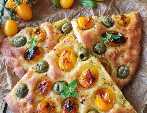 Focaccia con datterini gialli e olive