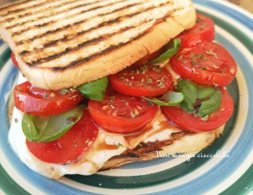 Toast con stracchino, pomodorini, basilico e aceto balsamico