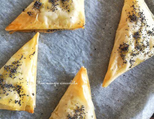 Triangoli di pasta fillo ripieni di ricotta, rucola e prosciutto cotto