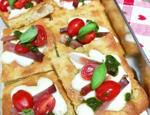 Focaccia con mozzarella, speck, pomodorini e pesto di basilico