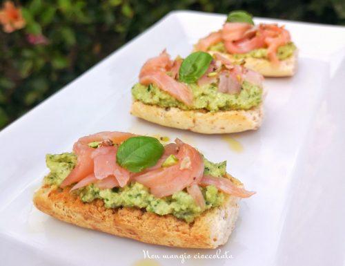 Crostini con pesto di zucchine e salmone affumicato