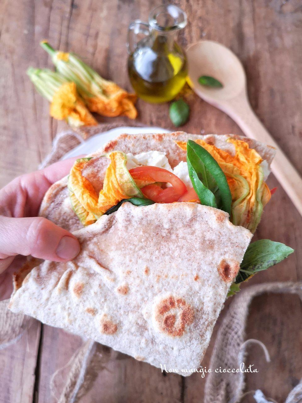 Piadina integrale ai fiori di zucca con formaggio fresco e pomodori