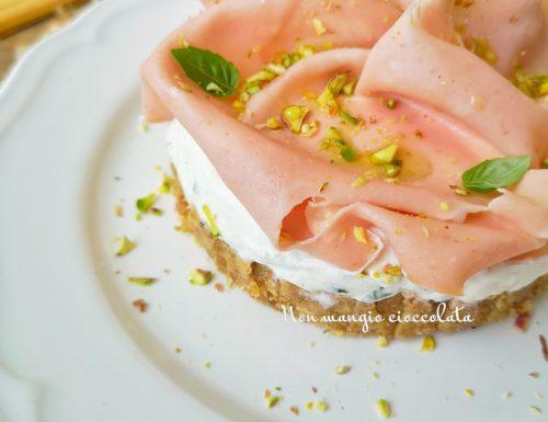 Cheesecake salata con friselle integrali, mousse di ricotta, mortadella e pistacchi