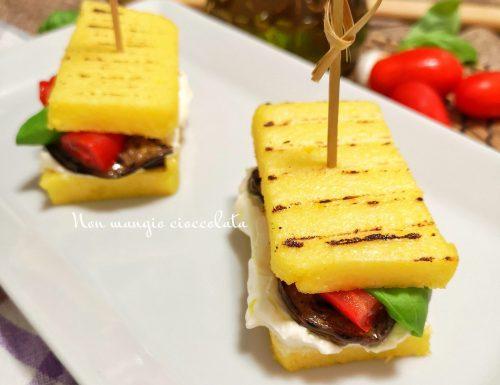 Sandwich di polenta grigliata con melanzane sott'olio, formaggio fresco, pomodorini e basilico