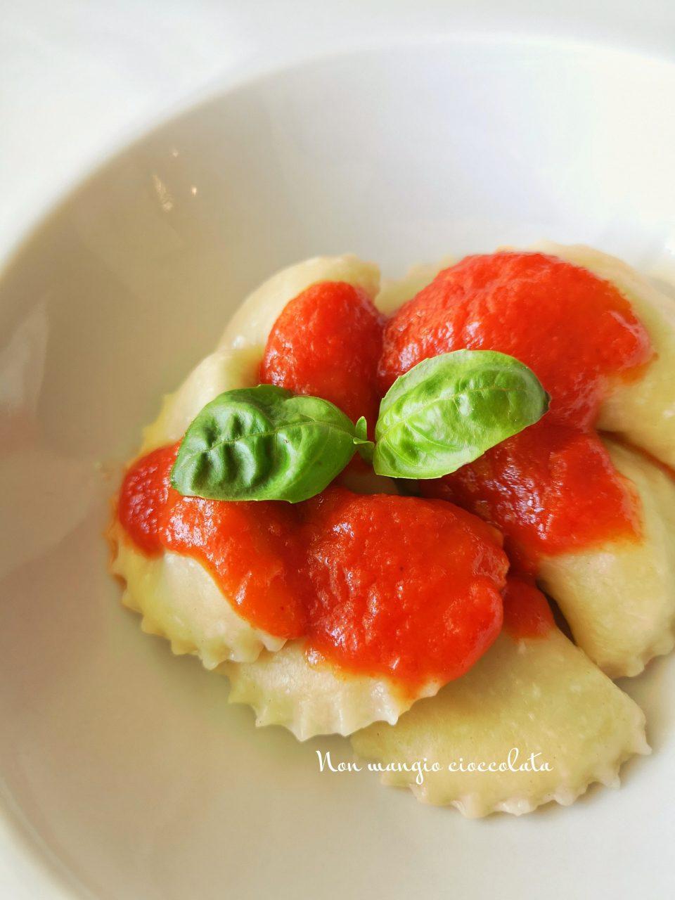 Ravioli di ricotta ripieni di spinacini al sugo di basilico