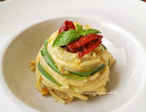 Spaghetti con crema di melanzane, rucola, noci e pomodori secchi