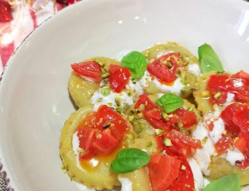 Ravioli ripieni ricotta e spinaci con pomodoro fresco, crema di parmigiano e granella di pistacchi