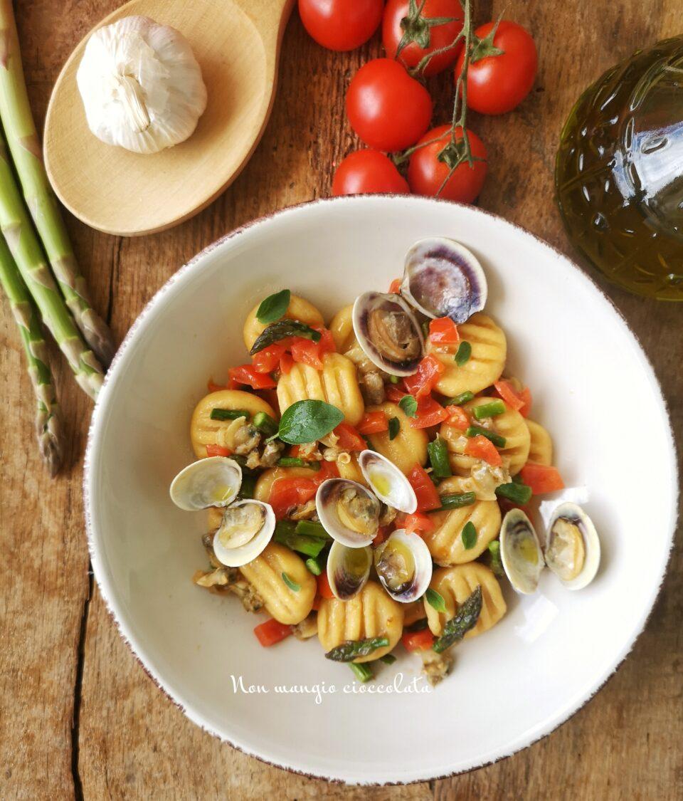 Gnocchi di ceci con vongole, asparagi e pomodorini