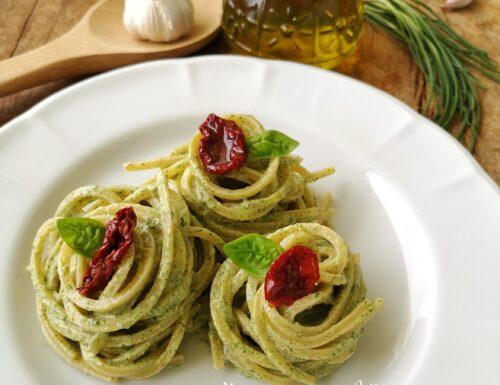 Spaghetti con pesto di agretti e pomodori secchi