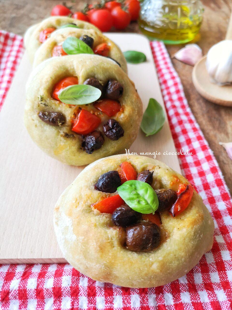 Focaccine al basilico con olive e pomodorini