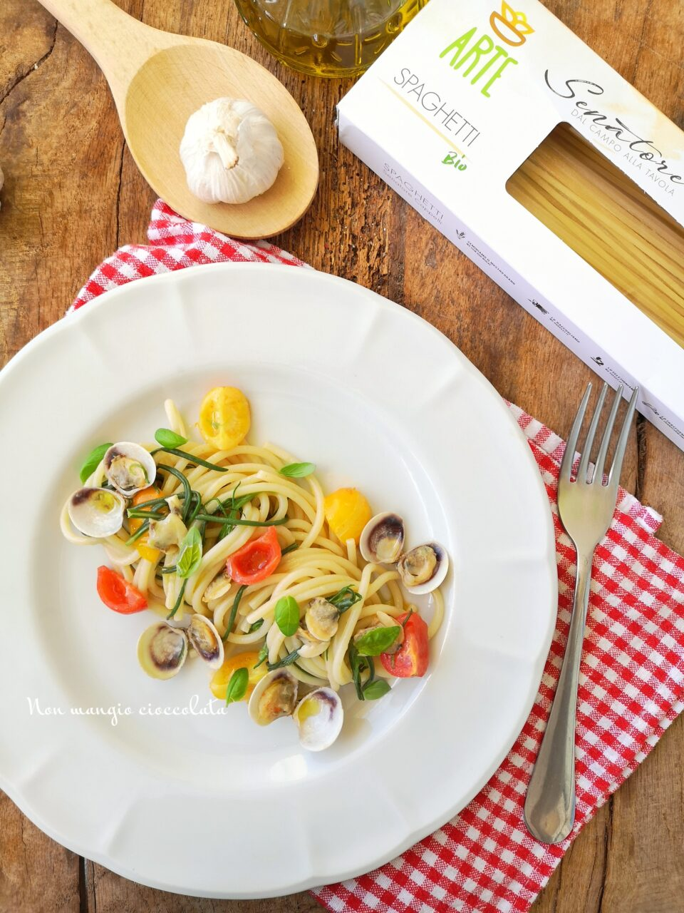 Spaghetti con agretti, vongole e pomodorini