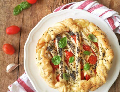 Crostata di ricotta con pomodorini, friggitelli e basilico