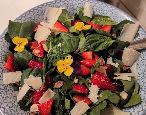 Insalata spinaci e fragole con fiori eduli
