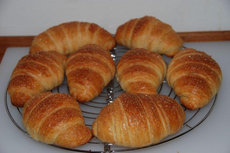 Croissant sfogliati a doppio impasto con lievito madre