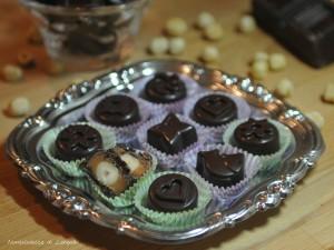 Cioccolatini ripieni al caramello mou e nocciola