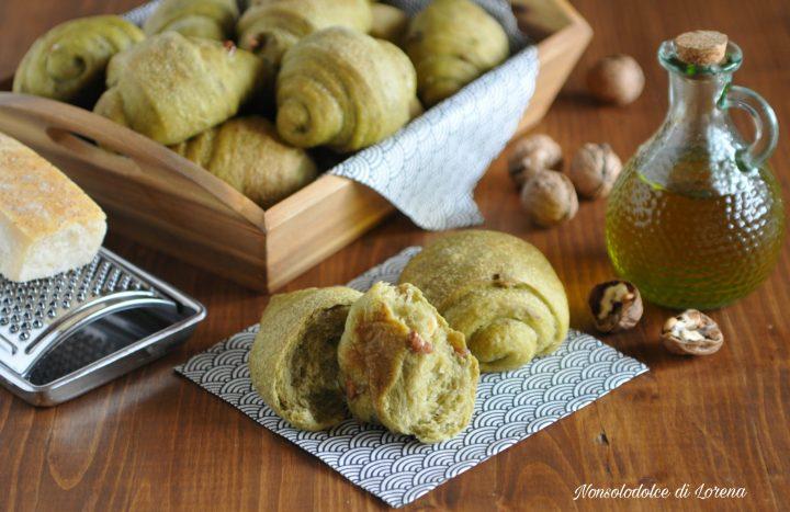 Panini verdi con noci e parmigiano