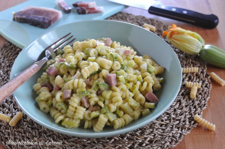 Pasta cremosa alle zucchine e speck