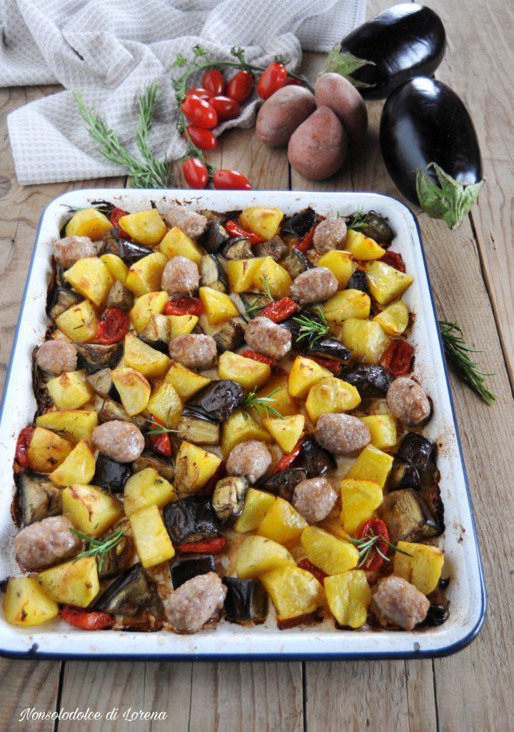 Patate melanzane e salsiccia al forno
